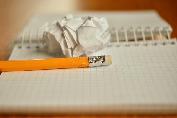 ノートの上に置かれた鉛筆
