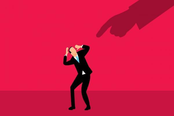 指をさされる男性