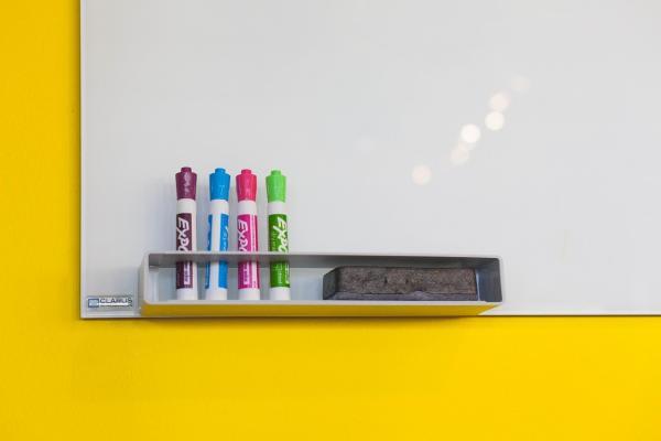 白板とペンの画像