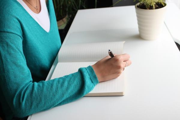 ノートに字を書く人