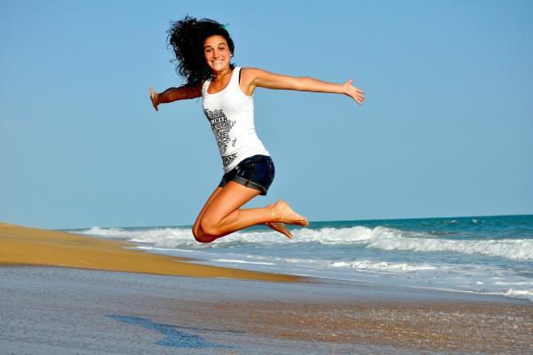 飛び上がる女性