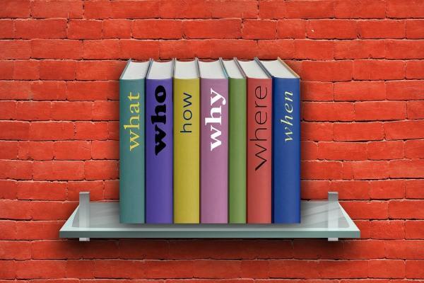 壁に立てかけられた本