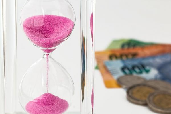 砂時計と紙幣