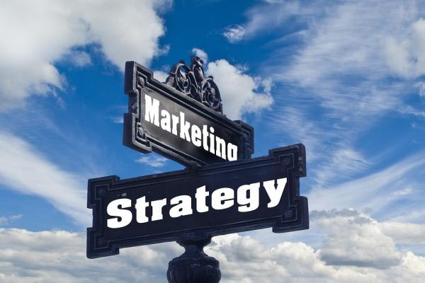 MarketingとStrategyの標識