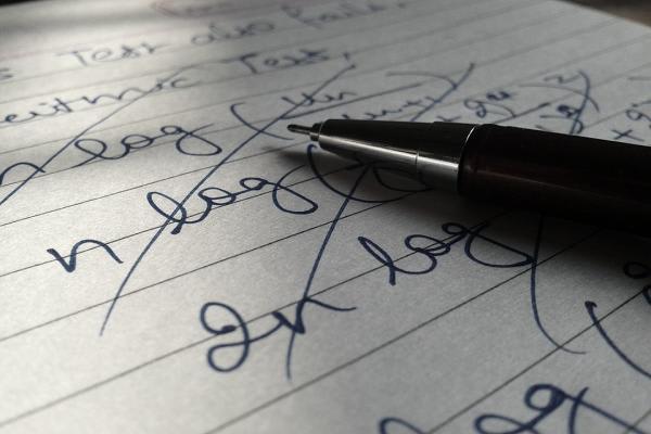 紙の上に置かれたペン