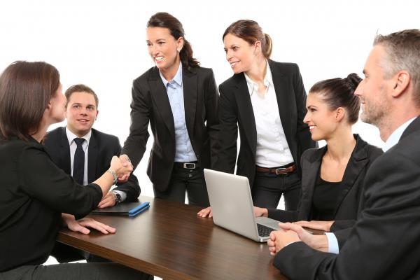 会議中の人たちの画像