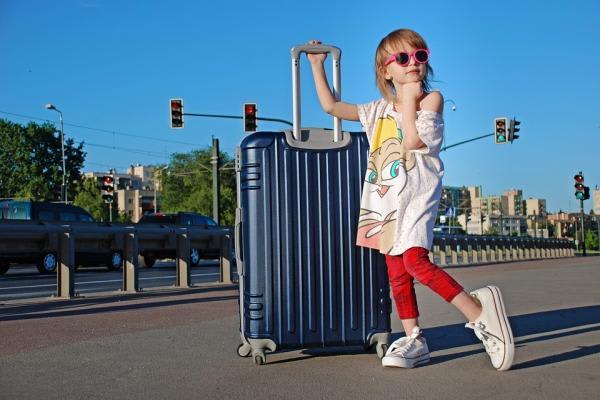 旅行に出かける少女