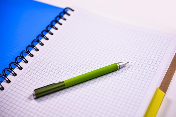 ブルーの表紙のリングノートとペン
