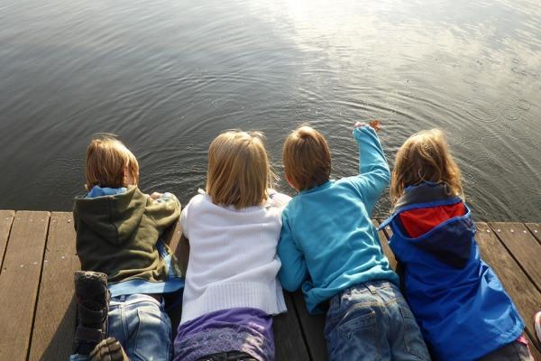 水面を見つめる子供たち