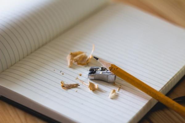 鉛筆と鉛筆削りの画像