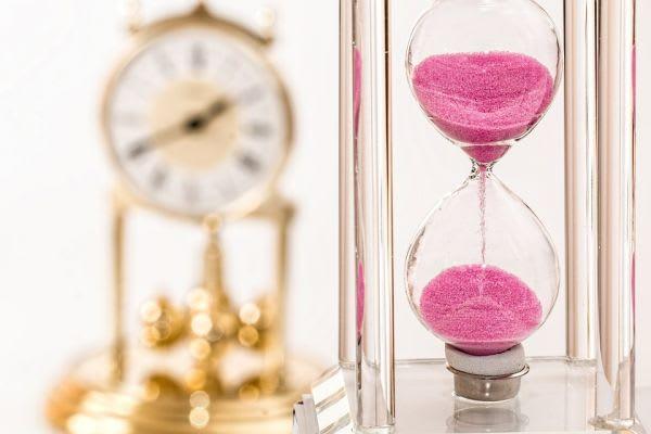 時計と砂時計の画像