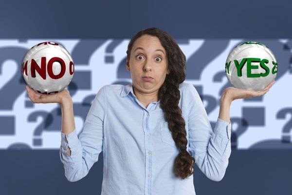 YESかNOの二択を迫られる女性