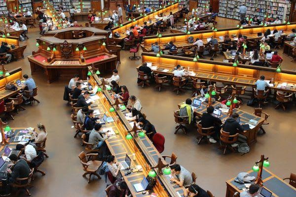 大勢が図書館で勉強している写真