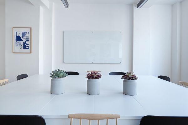白い机と花