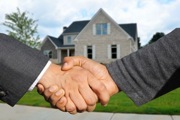 家と握手する手