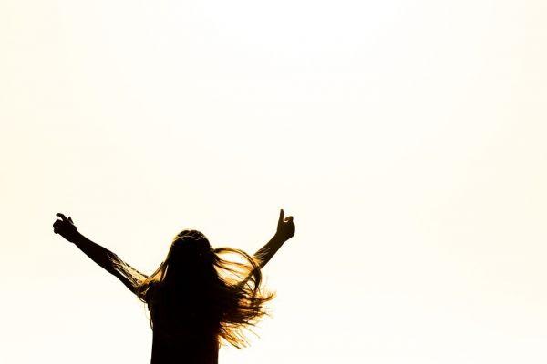 喜びを表現する女性
