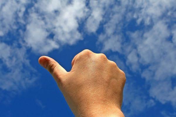青空と親指