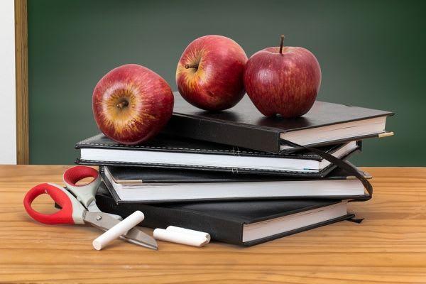 本とリンゴ