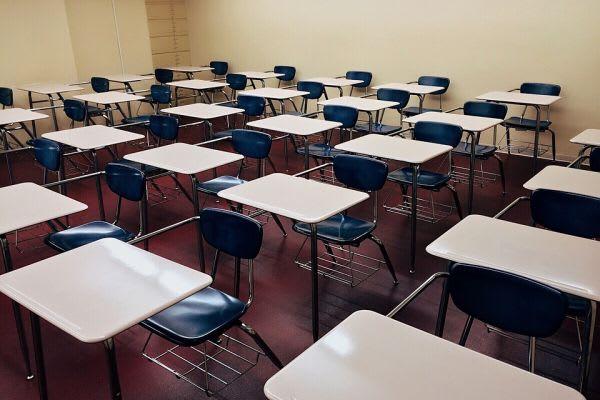 教室に並べられた机と椅子