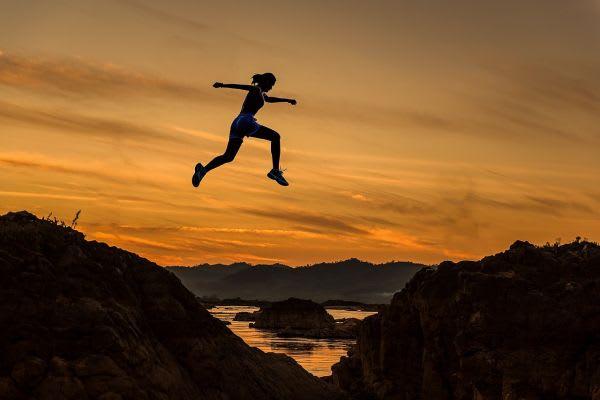 山を飛び越える女性