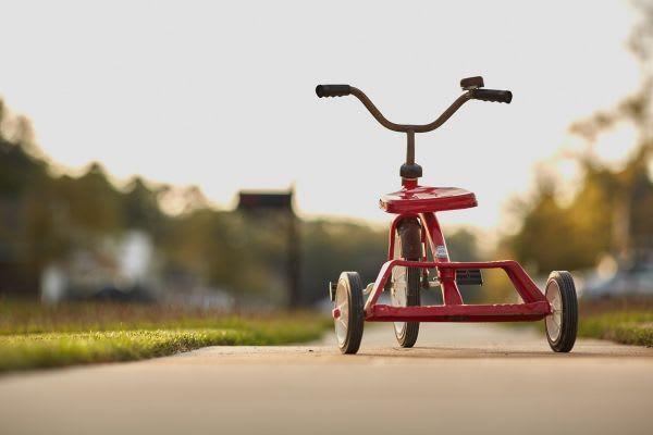 路上の三輪車