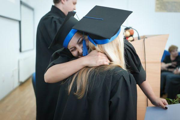 互いに抱き合う卒業生