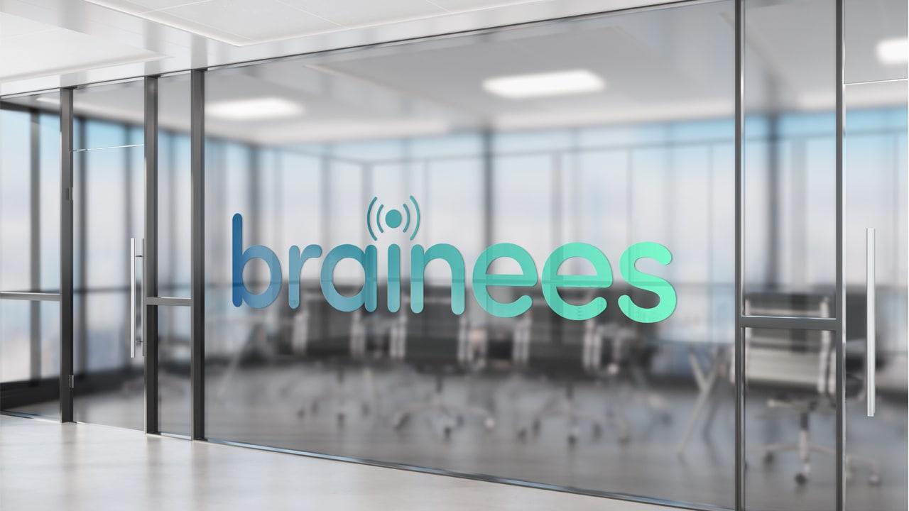 Logo et enseigne de Brainees sur salle de réunion