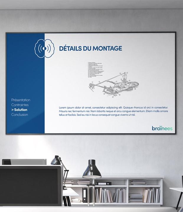 ecran sur un mur affichant une slide de présentation de Brainees