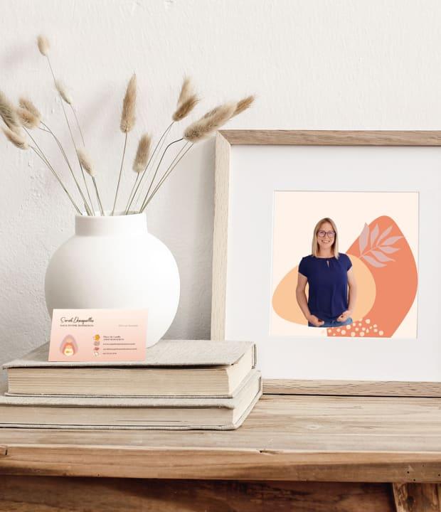 mise en scène d'une carte de visite de Sage-femme Boisseron et un cadre avec une photo de Sarah