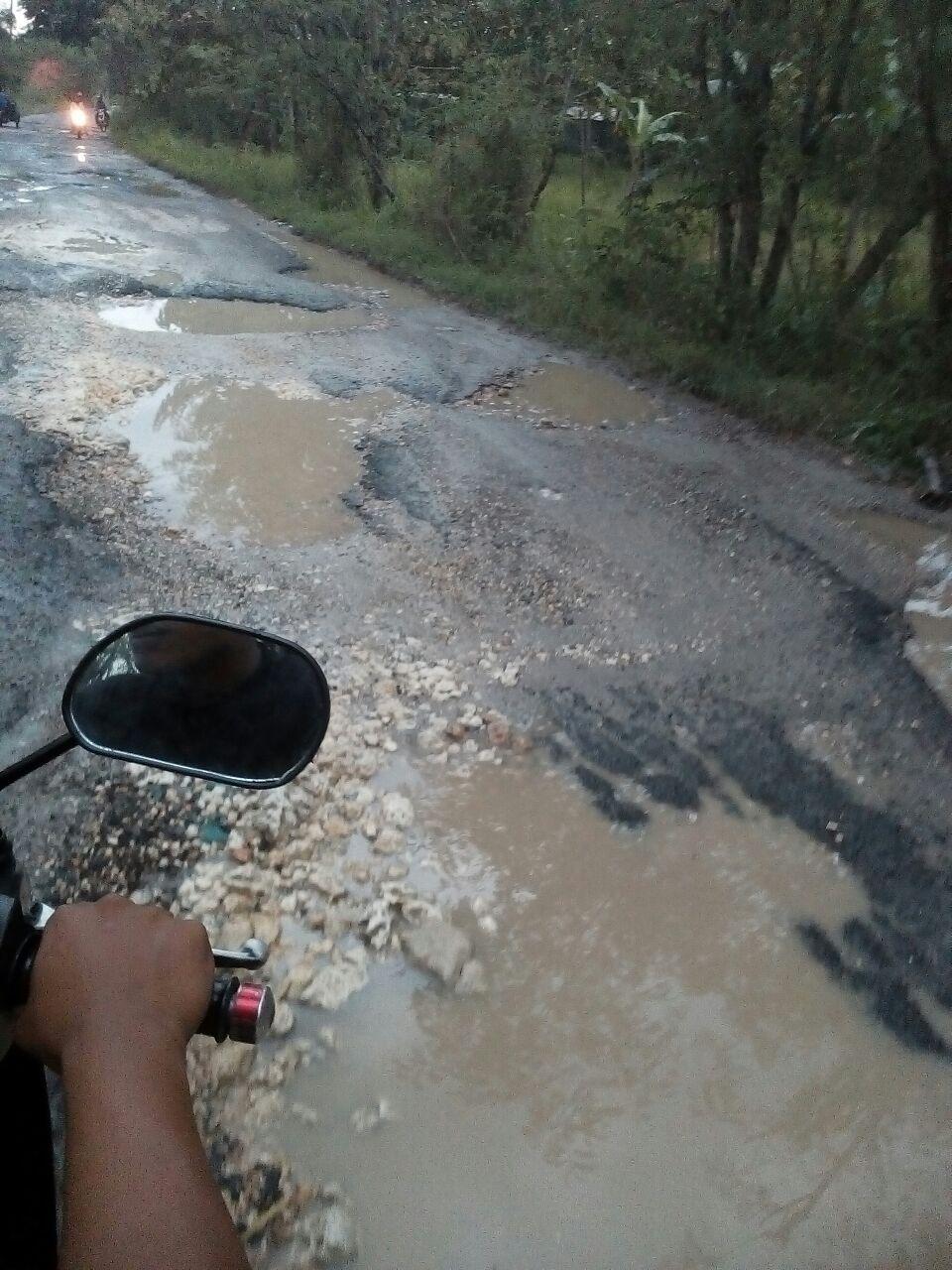 Jalan Penghubung 2 Kecamatan di Bangkalan Rusak Parah