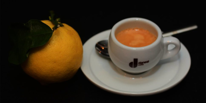 Espresso mit Zitrone und der Kater kann kommen