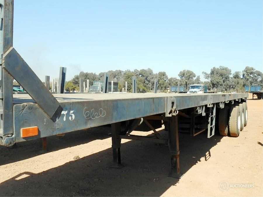 2003 Zelna Tri Axle Flat Deck Trailer with Container Twist