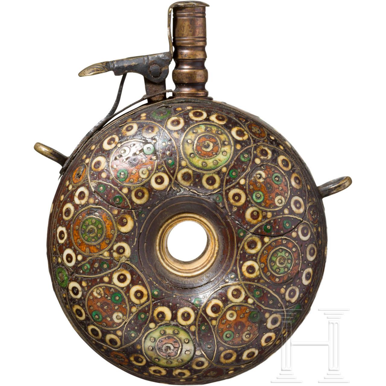 Messing- und beineingelegte Pulverflasche, böhmisch, um 1600