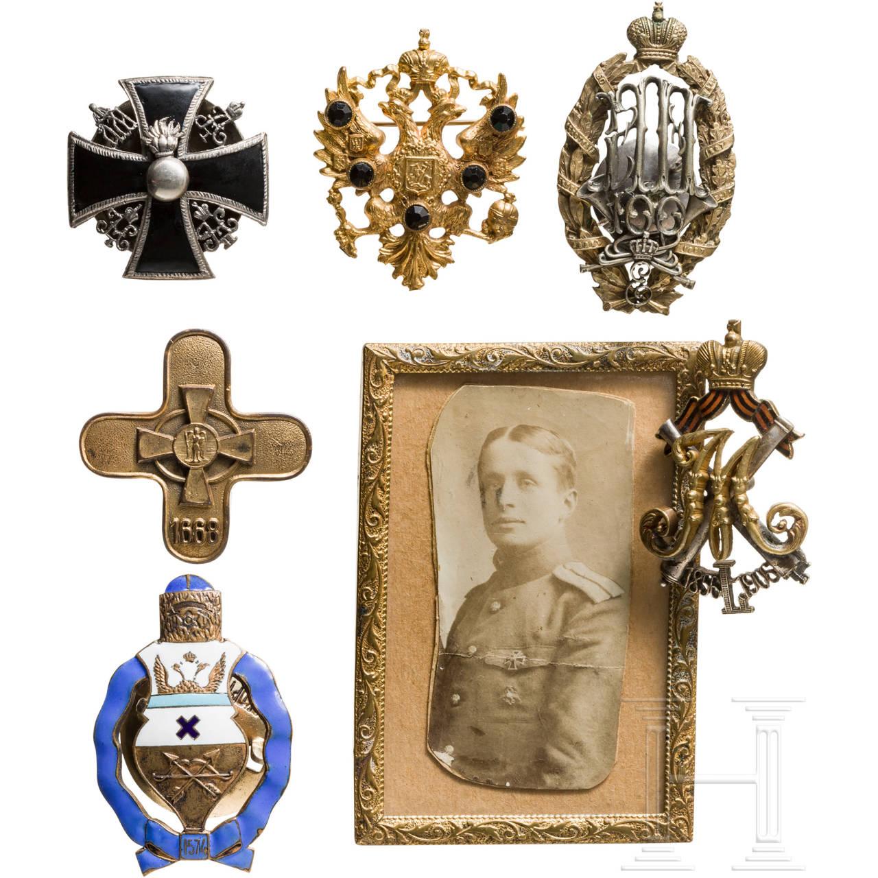 Sechs russische Abzeichen und ein Foto eines Offiziers