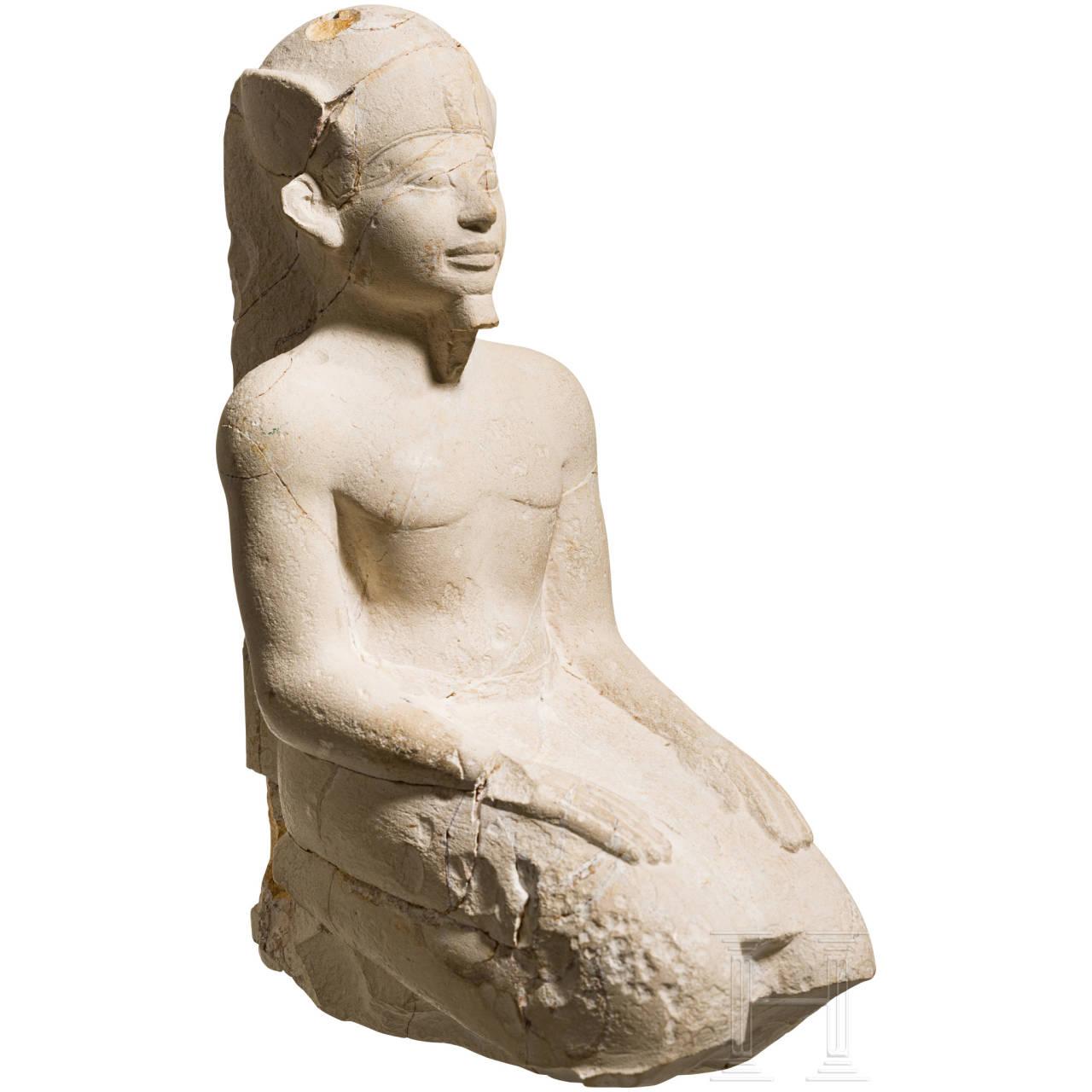 Kniefigur eines Pharaos, Kalkstein, Spätzeit frühptolemäische Epoche, 7. - 3. Jhdt. v. Chr.