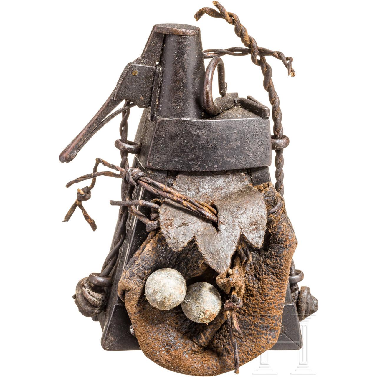 Militärische Pulverflasche mit Kugelbeutel, deutsch, wohl Sachsen, um 1600