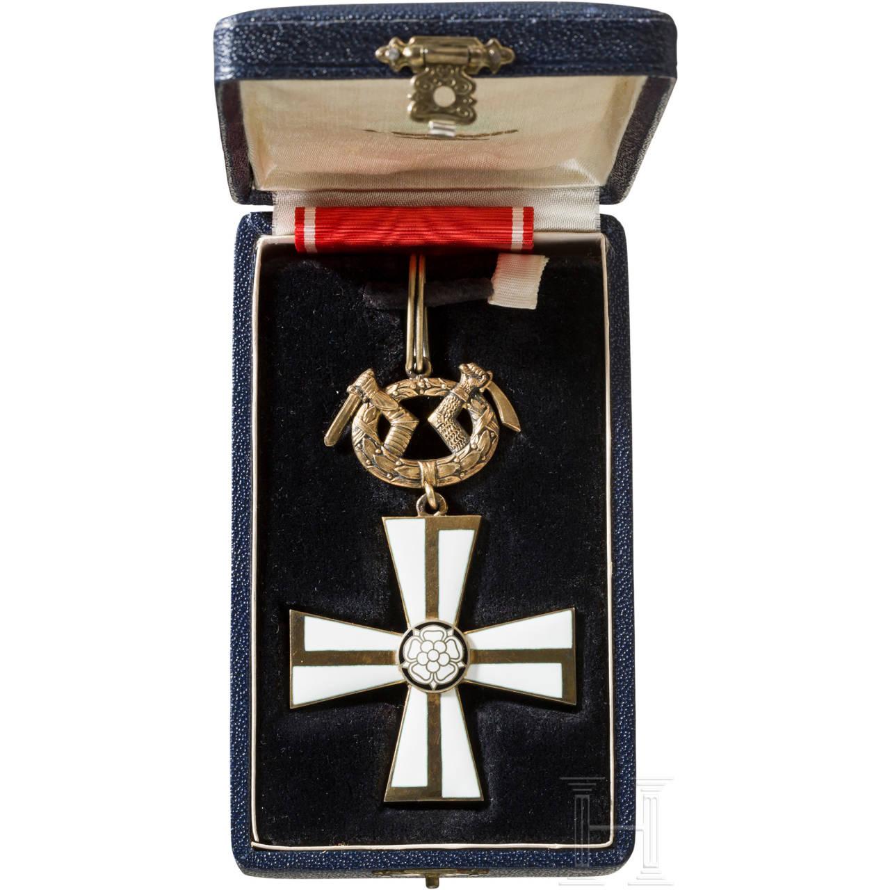 Orden des Freiheitskreuzes, 1. Klasse mit Schwertern, 3. Modell, im Etui