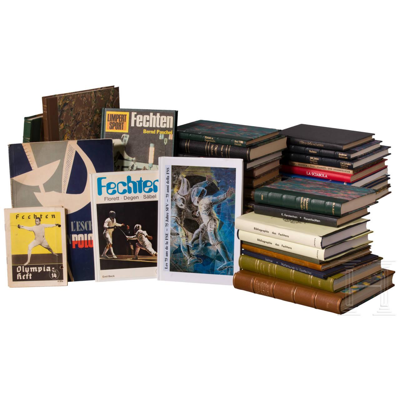 Ca. 40 Bände deutscher und internationaler Fechtliteratur