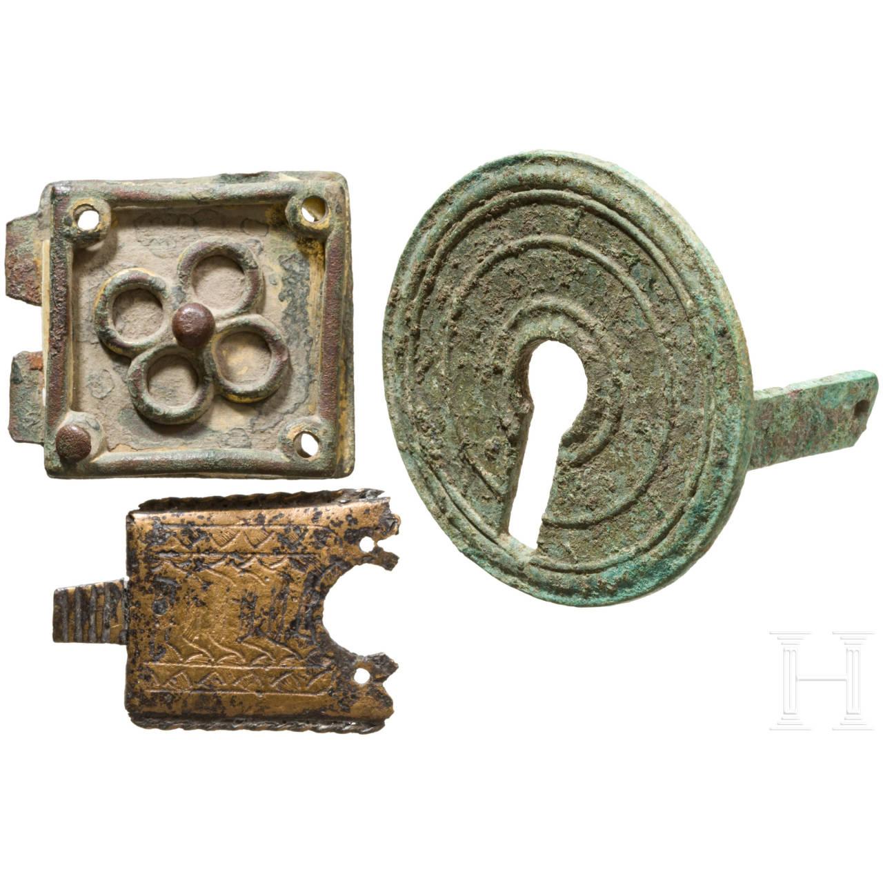 Drei Bronzebeschläge, römisch, bis 15. Jhdt.