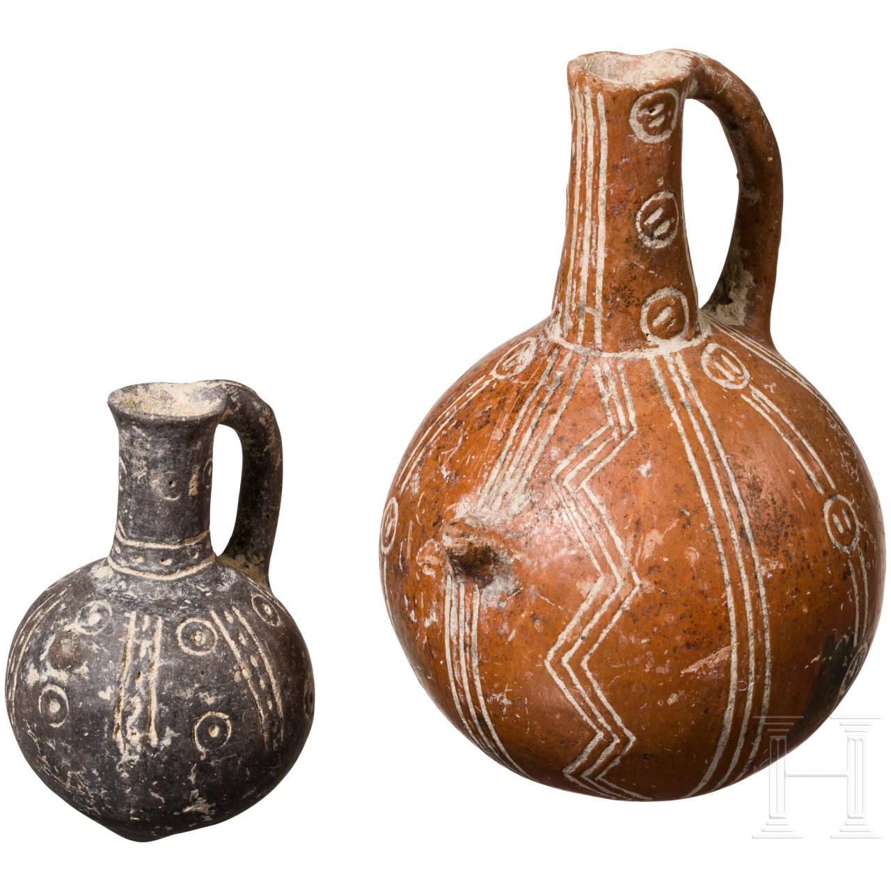 Zwei kugelige Flaschen mit Ritzdekor, Zypern, frühe Bronzezeit, 2200 - 2000 v. Chr.