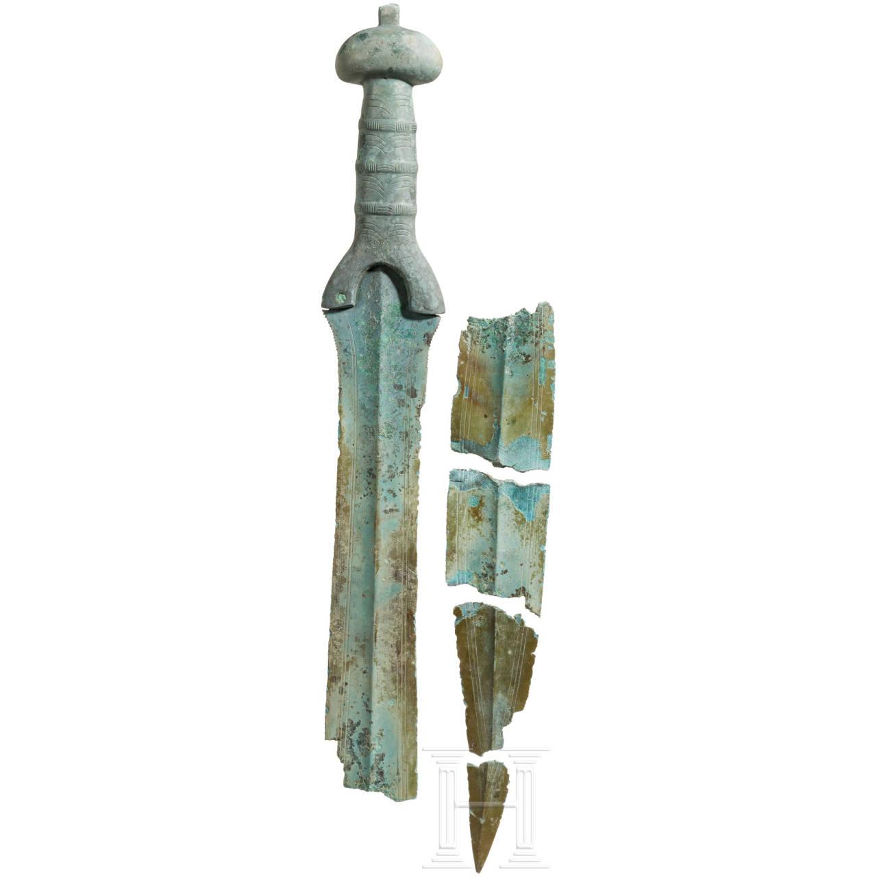 Bronzenes Dreiwulstschwert mit Rundknauf, Mitteleuropa, Spätbronzezeit, 11. - 10. Jhdt. v. Chr.