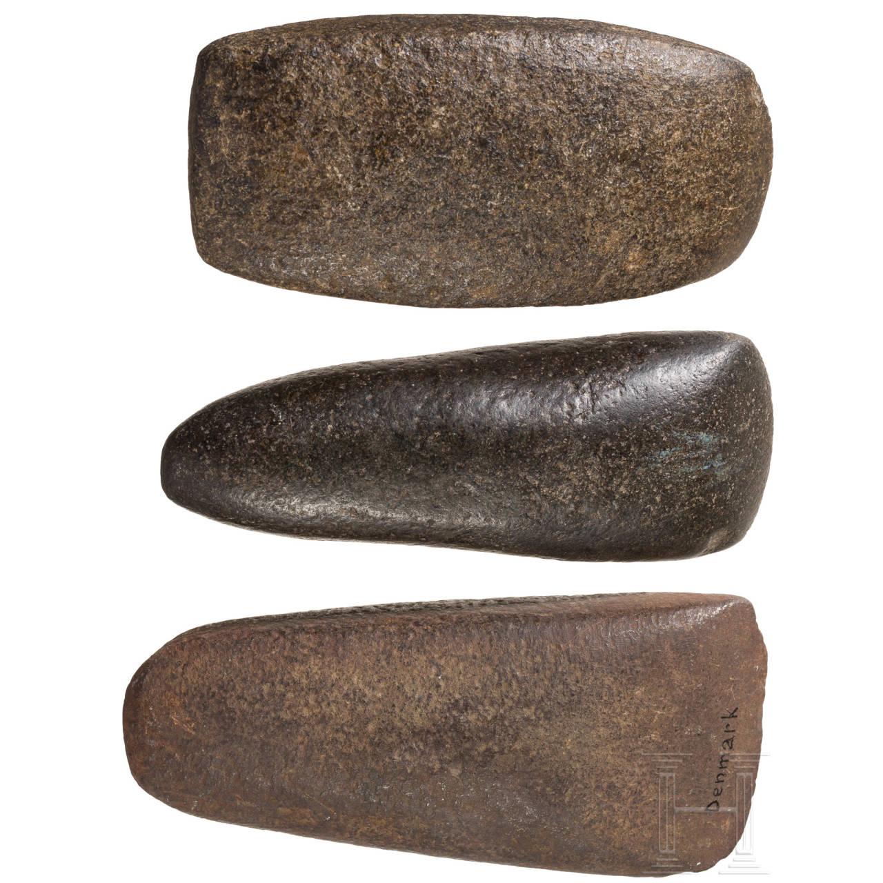 Drei neolithische Steinbeile, England und Dänemark, ca. 4700 - 2200 v. Chr.