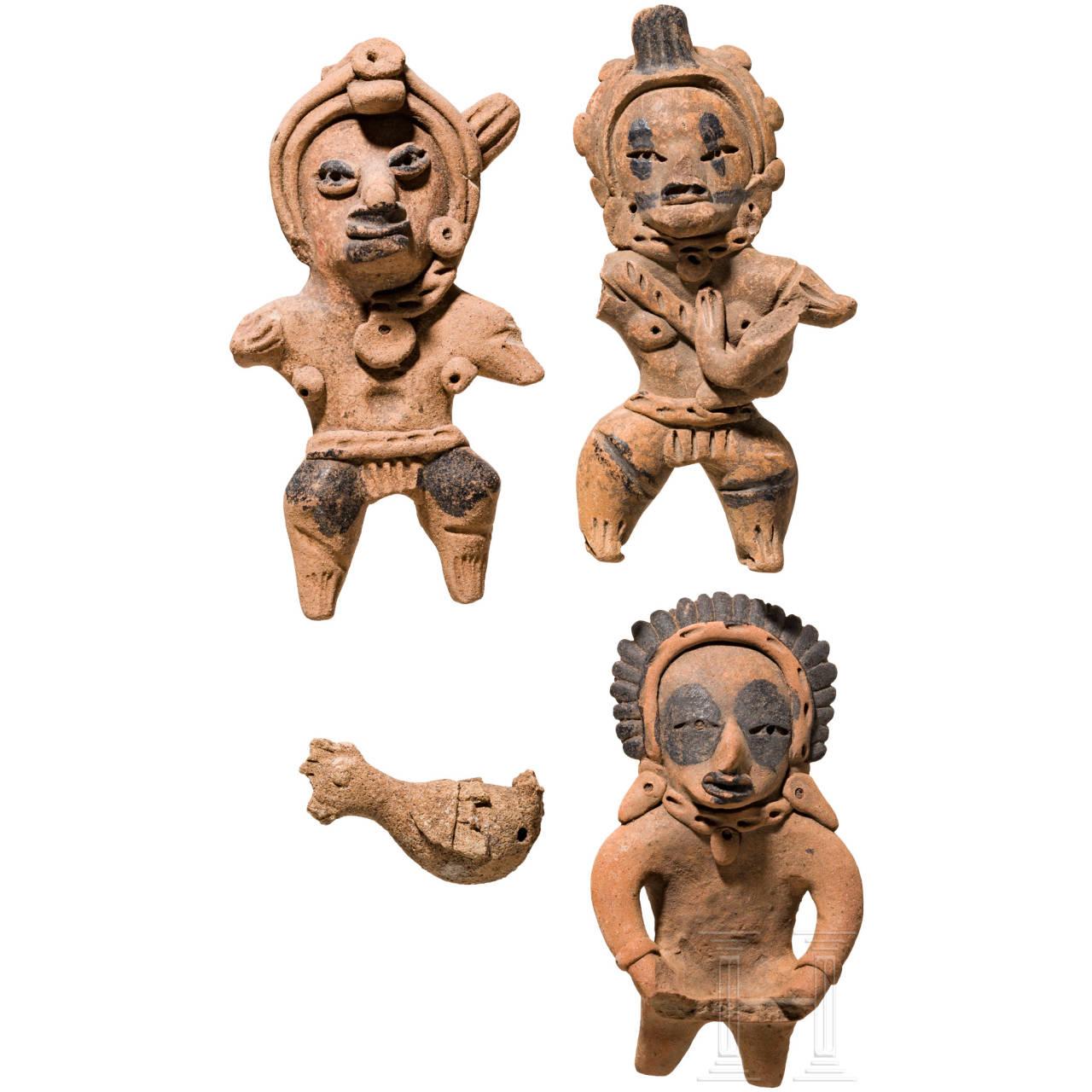 Gruppe von drei stehenden Terrakottafiguren und einem Terrakotta-Vogel, West-Mexiko
