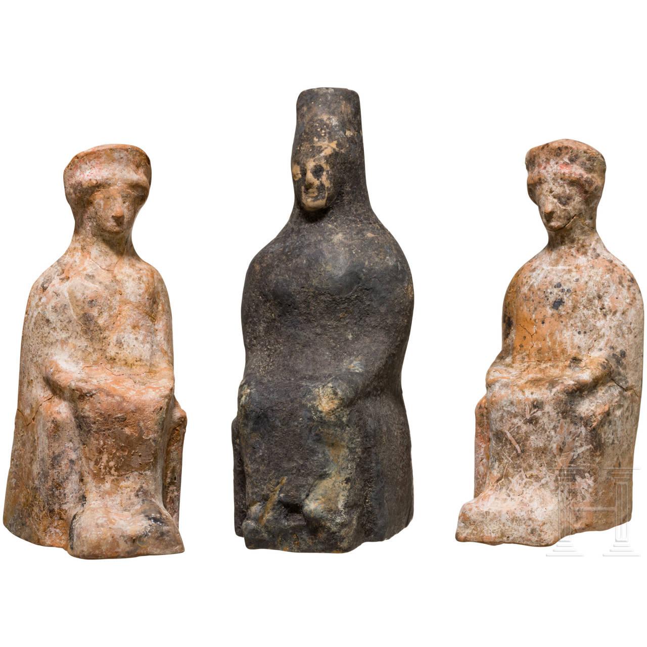 Gruppe von drei thronenden Göttinnen, griechisch-hellenistisch, ca. 3. - 1. Jhdt. v. Chr.