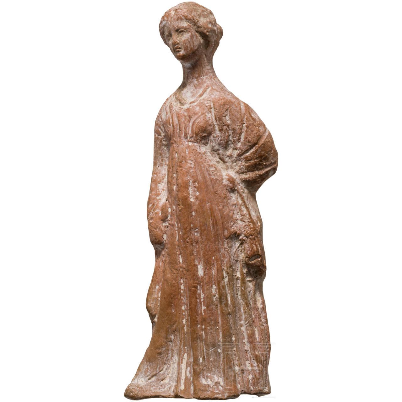 Terrakottafigur einer Tanagräerin, hellenistisch, 4. - 3. Jhdt. v. Chr.