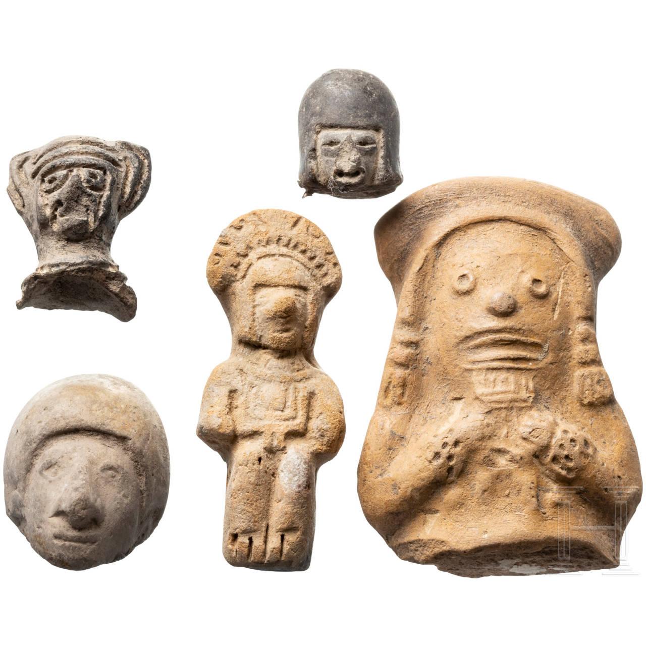 Terrakottafigur und vier Fragmente, Peru, präkolumbianisch