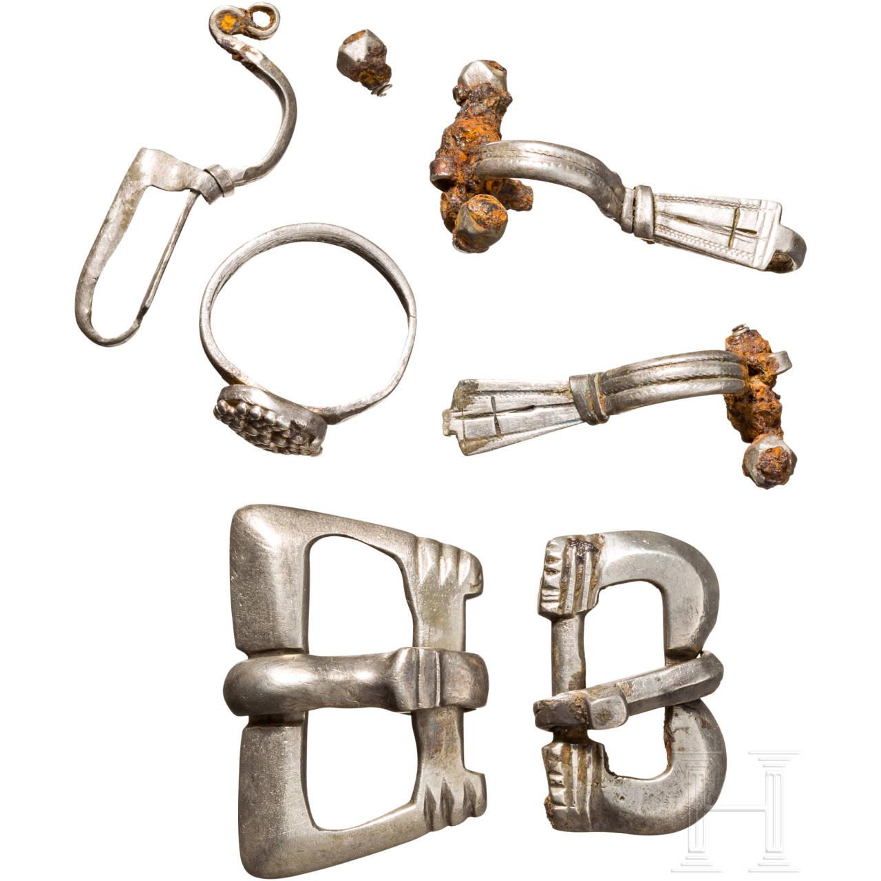 Drei Fibeln, zwei Gürtelschnallen und ein Ring, Silber, frühbyzantinisch, 6. Jhdt.