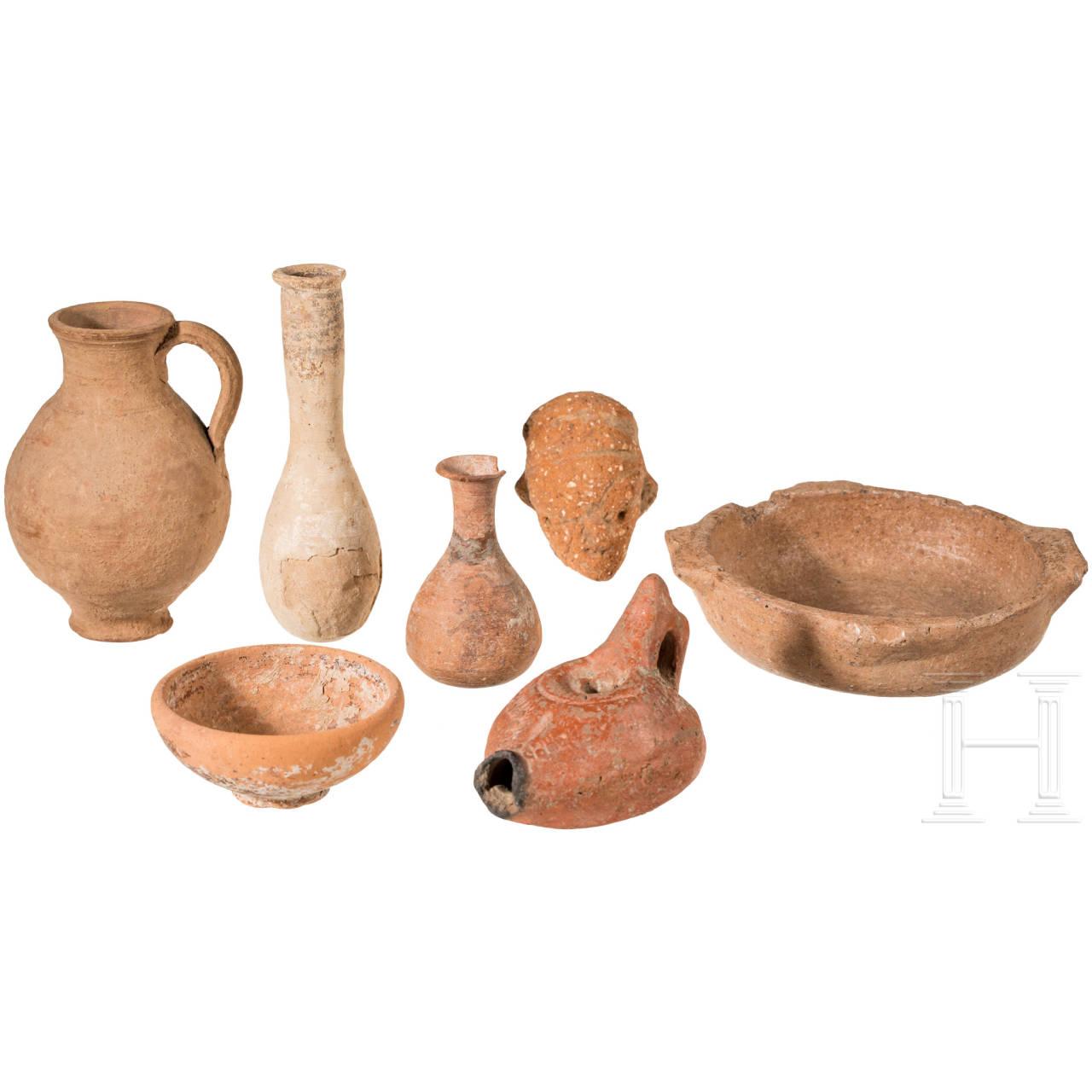 Fünf kleine antike Tongefäße, eine Öllampe und ein Nok-Kopf