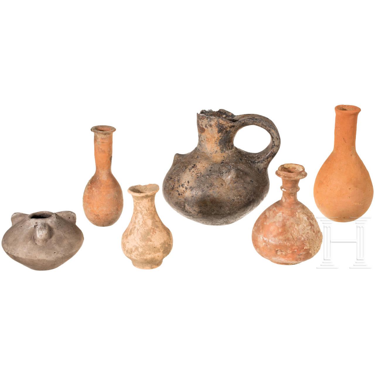 Vier hellenistisch-römische Balsamarien und zwei urnenfelderzeitliche Tongefäße, 2. Jhdt. v. Chr. - 3. Jhdt. n. Chr. und 12. - 11. Jhdt. v. Chr.