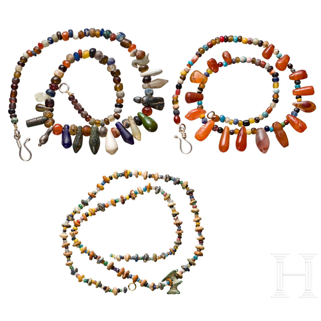 Drei Ketten mit antiken Perlen aus Halbedelsteinen und Glas, modern aufgefädelt
